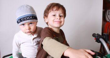 2 drenge leger med aktivitetslegetøj