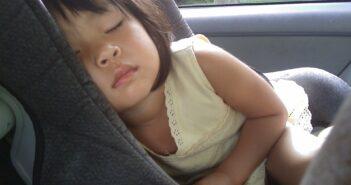 Autostol med sovende pige
