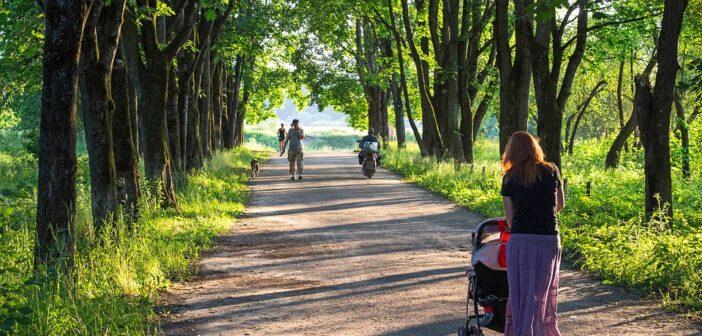 Kvinde går med barnevogn