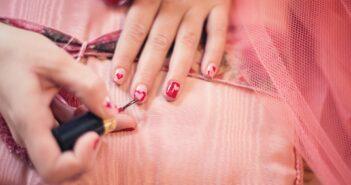 Essie neglelak bliver lagt på neglene