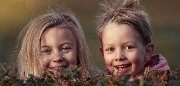 Børn der lige har brugt et gyngestativ med rutchebane