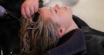 Kvinde får Joico hårkur
