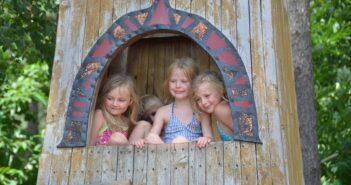 Legehus i træ med børn i