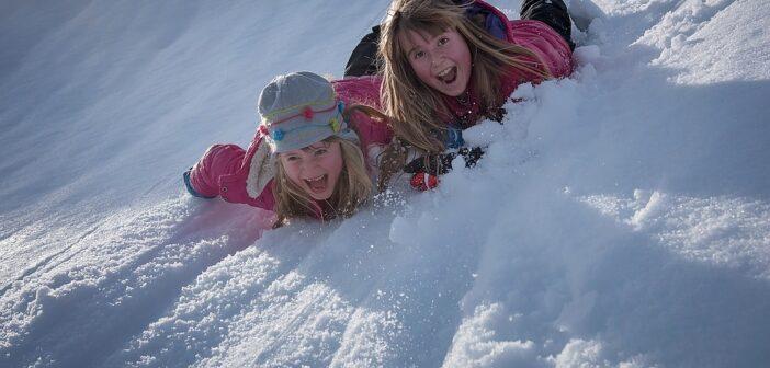 Børn med vinterjakker