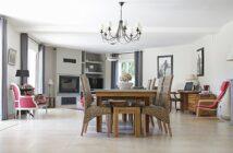 Moderne stue med plads til Corona stol
